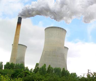 La imagen muestra el impacto visual de la quema de carbón o petróleo, en forma de penachos de humo cargados de diversas sustancias contaminantes.